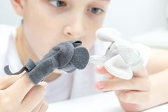 Ein kaukasischer Junge, der verschiedene Rollen durch die Anwendung von Fingermarionetten, von Spielwaren f?r das Ausdr?cken sein lizenzfreies stockfoto