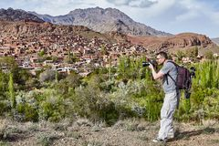 Ein kaukasischer Mann, der Dorf von Abyaneh nahe Kashan fotografiert, Stockfotos