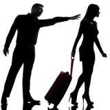 Ein Paar diskutieren das Trennungsfrauenverlassen und -mann zurück halten stockbild