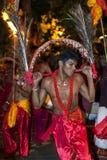 Ein Kavadi-Tänzer führt durch die Straßen von Kandy während des Esala Perahera in Sri Lanka durch Stockfotografie