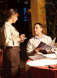 Ein Kellner, der Ordnung nimmt Stockbilder