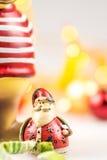 Ein keramisches Weihnachtsren und ein keramischer Weihnachtsmann Lizenzfreies Stockbild