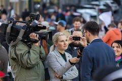 Ein Kerl, der an der Demonstration auf Quadrat Prags Wenceslas gegen die gegenwärtige Regierung und das Babis interviewt wird Stockfotos