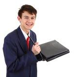 Ein Kerl, der in einen Computer zerhackt Stockfotografie