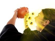 Ein Kerl, der Schatz findet, prägt in einer piggy Querneigung Stockbild