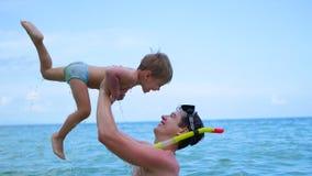 Ein Kerl mit den Kinderspielen, die Spaß im Meer haben Schnorcheln Lizenzfreies Stockfoto