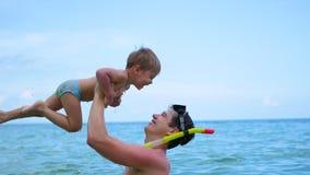 Ein Kerl mit den Kinderspielen, die Spaß im Meer haben Schnorcheln Stockbild
