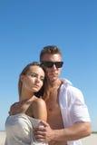 Ein Kerl mit den starken Armen umarmt seine schöne Freundin stockfotografie