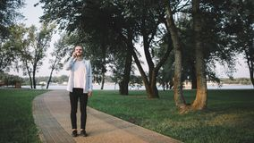 Ein Kerl mit einem Telefon im Park Lizenzfreie Stockfotografie