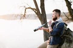 Ein Kerl mit einem Teleskop für Natur lizenzfreies stockbild