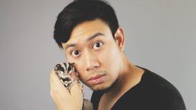 Ein Kerl mit seinem Haustier lizenzfreie stockfotos