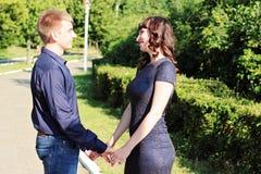 Ein Kerl und ein Mädchen sind Händchenhalten Stockfotos