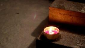Ein Kerzenlicht gesetzt auf eine Treppe stock footage