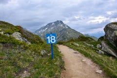 Ein Kilometer achtzehn unterzeichnen herein die Berge für Marathon Lizenzfreies Stockfoto