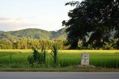 Ein Kilometerstein auf der Straße Stockbild