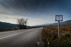Ein Kilometerzeichen auf der Straße Stockbilder