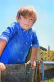 Ein Kind auf Zaun Lizenzfreie Stockfotografie