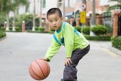 Ein Kind, das Basketball spielt Stockfotos