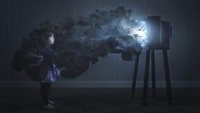 Ein Kind, das durch Fernsehen eingeschlossen wird Lizenzfreie Stockbilder