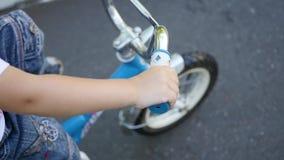 Ein Kind, das eine Kind-` s Fahrradnahaufnahme reitet stock video