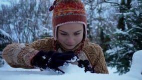 Ein Kind, das im Park im Schnee spielt Porträt eines Babys draußen im Winter stock footage