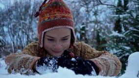 Ein Kind, das im Park im Schnee spielt Porträt eines Babys draußen im Winter stock video footage
