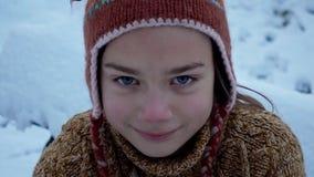 Ein Kind, das im Park im Schnee spielt Porträt eines Babys draußen im Winter stock video