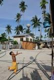 Ein Kind, das Korbkugel spielt stockbilder
