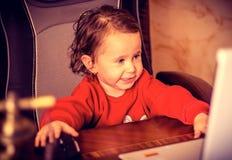 Ein Kind, ein kleines Mädchen lizenzfreie stockbilder