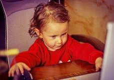 Ein Kind, ein kleines Mädchen stockfotografie