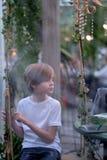 Ein Kind in einem verzierten Pavillon Stockbilder