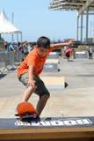 Ein Kind im Juniorskateboardwettbewerb an Sport-Barcelona-Spielen LKXA extremen Lizenzfreie Stockfotos