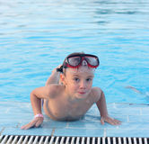Ein Kind im Pool Lizenzfreie Stockfotografie