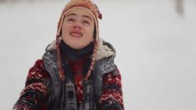 Ein Kind im Schnee in den Winterspielen im natur stock footage