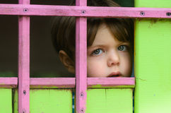 Ein Kind ist allein und erschrocken Lizenzfreies Stockfoto