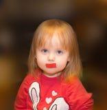 Ein Kind mit einem Aufkleber auf dem Mund Lizenzfreie Stockbilder