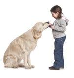 Ein Kind mit ihrem Hund Lizenzfreies Stockfoto
