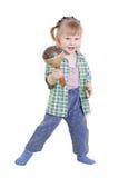 Ein Kind mit maracas lizenzfreies stockfoto
