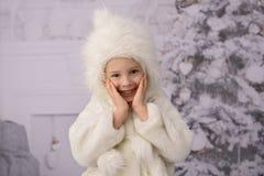 Ein Kind mit Weihnachtsgeschenken und Weihnachtsbaum stockfoto