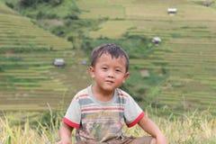 Ein Kind in MU Cang Chai Rice Terrace Fields Stockfotografie
