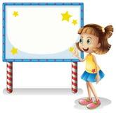 Ein Kind nahe dem leeren Brett mit Reihe beleuchtet Stockfotografie