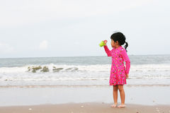 Ein Kind spielt auf dem Strand Stockfoto