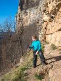 Ein Kind steht mit Alpenstock den Felsen Stockbild