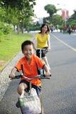 Ein Kind und ein Frauenradfahren Lizenzfreies Stockfoto