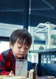 Ein Kindertrinkwasser vom Stroh stockfotografie