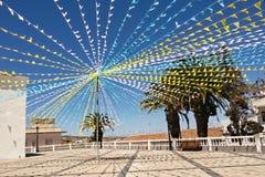 Ein Kirchenquadrat verziert mit bunten Girlanden für ein traditionelles Festival in Teneriffa lizenzfreie stockfotos