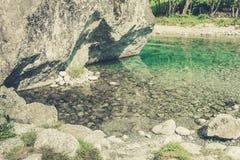 Ein klarer Fluss und Felsen Stockbilder