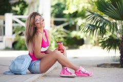 Ein klares Porträt der jungen Schönheit mit Cocktail stockfotografie