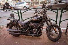Ein klassischer Harley auf der Straße lizenzfreies stockbild