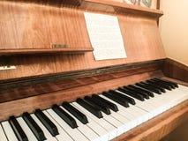 Ein Klavier als Arbeitsplatz voll von persönlichen Motivaufklebern lizenzfreie stockfotografie